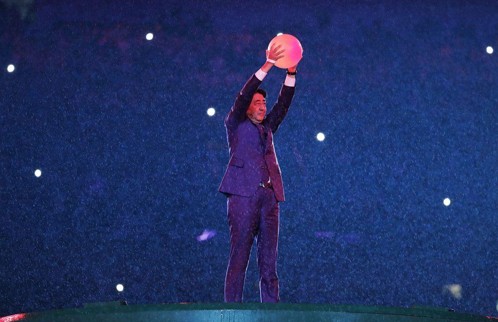 Rio de Janeiro, 2016. augusztus 22.Abe Sindzó japán miniszterelnök a 2020-ban Tokióban megrendezésre kerülő nyári olimpiát népszerűsíti a XXXI. nyári olimpiai játékok záróünnepségén a Rio de Janeiró-i Maracana Stadionban 2016. augusztus 21-én. (MTI/AP/Matt Dunham)
