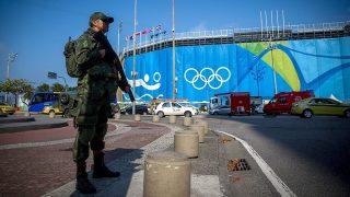 Rio de Janeiro, 2016. augusztus 2.Egy katona a Strandröplabda Aréna előtt a Rio de Janeiró-i Copacabana tengerparton 2016. augusztus 2-án, három nappal a riói nyári olimpia kezdete előtt. (MTI/EPA/Diego Azubel)