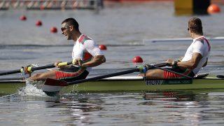 Rio de Janeiro, 2016. augusztus 9.Simon Béla (elöl) és Juhász Adrián a Rio de Janeiró-i nyári olimpia evezősversenyei férfi kormányos nélküli ketteseinek középfutamában a Rodrigo de Freitas-lagúnában 2016. augusztus 9-én. A magyar kettes a negyedik helyen végzett, így a folytatásban a B döntőben, azaz a 7-12. helyért versenyezhet. (MTI/AP/Andre Penner)