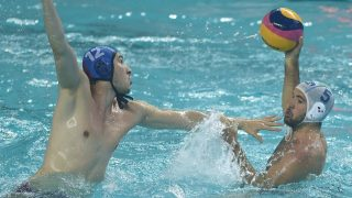 (160625) -- HUIZHOU, June 25, 2016 (Xinhua) -- Andrea Fondelli (R) of Italy passes the ball during the semifinal against Serbia at 2016 FINA Men's Water Polo World League Super Final in Huizhou, south China's Guangdong Province, June, 25, 2016. Serbia won the match 7-4.  (Xinhua/Wang Dongzhen)
