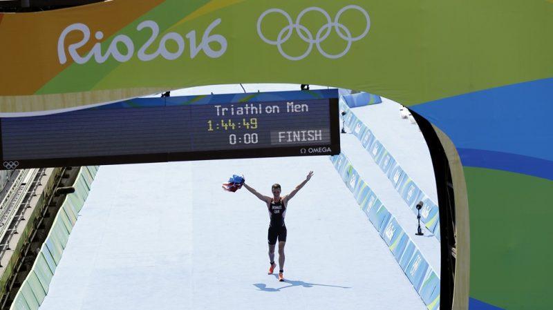Rio de Janeiro, 2016. augusztus 18. A címvédõ brit Alistair Brownlee megnyeri a Rio de Janeiró-i nyári olimpia férfi triatlon versenyét 2016. augusztus 18-án. (MTI/AP/Gregory Bull)