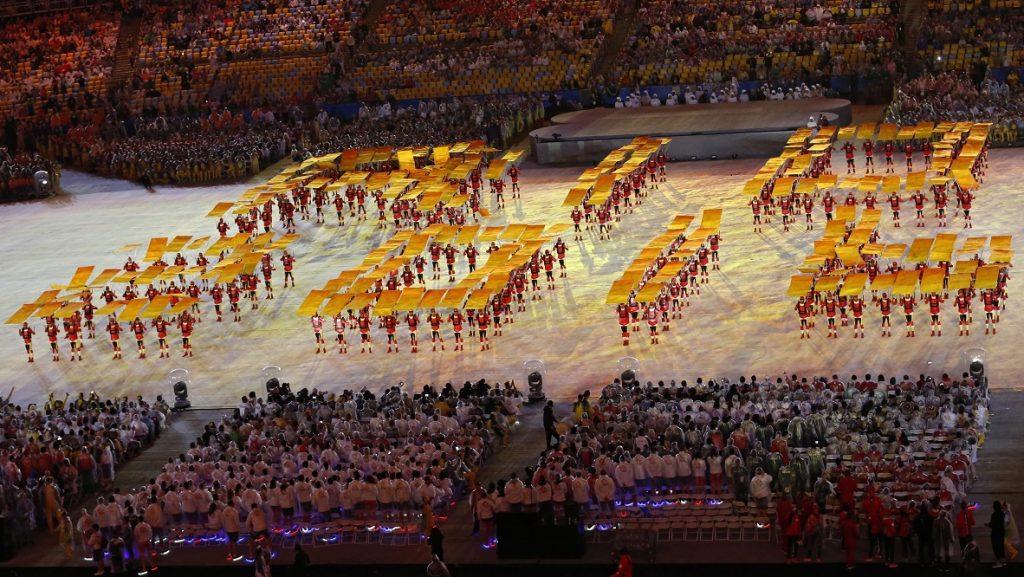 Rio de Janeiro, 2016. augusztus 22. A XXXI. nyári olimpiai játékok helyszínét és évét formázzák a fejük fölé tartott panelekkel fellépõk a záróünnepségen a Rio de Janeiró-i Maracana Stadionban 2016. augusztus 21-én. (MTI/EPA/Michael Reynolds)