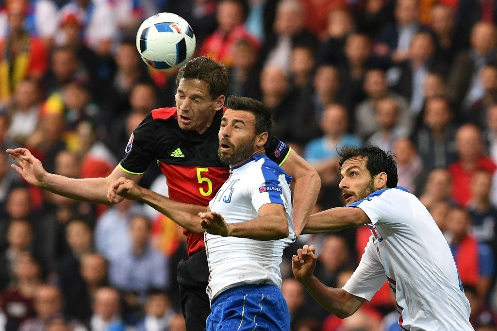 Belgium's defender Jan Vertonghen (L) vies with Italy's defender Andrea Barzagli (C) and Italy's midfielder Marco Parolo during the Euro 2016 group E football match between Belgium and Italy at the Parc Olympique Lyonnais stadium in Lyon on June 13, 2016. / AFP PHOTO / VINCENZO PINTO