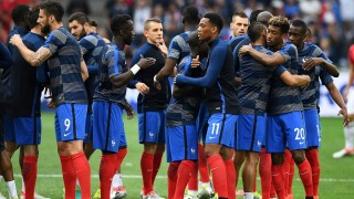 France team players hug prior to the start of the Euro 2016 group A football match between France and Albania at the Velodrome stadium in Marseille on June 15, 2016. / AFP PHOTO / FRANCK FIFE