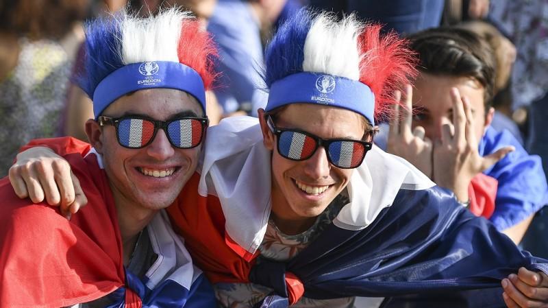 2867794 06/09/2016 Fans in the fan zone of UEFA Euro 2016 at the Eiffel Tower in Paris. Vladimir Pesnya/Sputnik