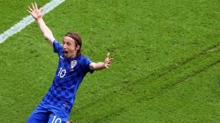 Párizs, 2016. június 12. A horvát Luka Modric ünnepel, miután gólt szerzett a török válogatott ellen a franciaországi labdarúgó Európa-bajnokság D csoportjának elsõ fordulójában játszott Törökország - Horvátország mérkõzésen a párizsi Parc des Princes stadionban 2016. június 12-én. (MTI/EPA/Srdjan Suki)
