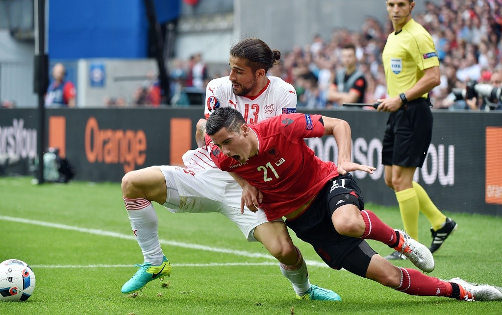 Albania's midfielder Odise Roshi (R) is challenged by Switzerland's defender Ricardo Rodriguez during the Euro 2016 group A football match between Albania and Switzerland at the Bollaert-Delelis Stadium in Lens on June 11, 2016. / AFP PHOTO / PHILIPPE HUGUEN