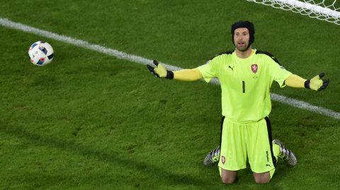 Czech Republic's goalkeeper Petr Cech reacts after conceding a goal during the Euro 2016 group D football match between Czech Republic and Turkey at Bollaert-Delelis stadium in Lens on June 21, 2016. / AFP PHOTO / PHILIPPE HUGUEN