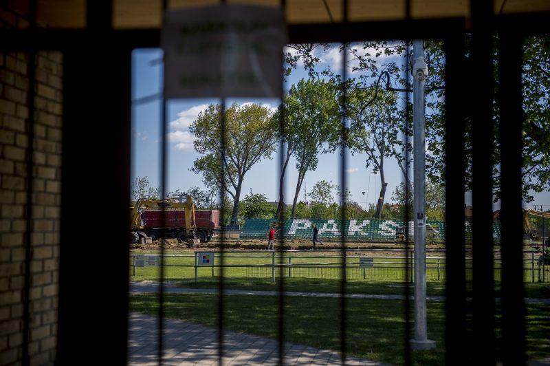 Paks, 2016. április 26. Munkagépek dolgoznak a Paksi FC labdarúgócsapatának otthonául szolgáló Fehérvár úti stadion újjáépítésén 2016. április 22-én. A rekonstrukció várhatóan jövõ szeptember 30-ig tart, akkora készül el teljesen a 4500 fõ befogadására alkalmas új, korszerû stadion. MTI Fotó: Sóki Tamás