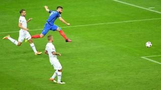 Saint-Denis, 2016. július 3. A francia Olivier Giroud (b2) gólt szerez a franciaországi labdarúgó Európa-bajnokság negyeddöntõjének Franciaország – Izland mérkõzésén a Saint-Denis-i Stade de France stadionban 2016. július 3-án. (MTI/EPA/Georgi Licovski)