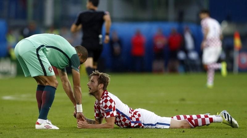 Lens, 2016. június 25. A horvát Ivan Rakitic (j) és a portugál Pepe a franciaországi labdarúgó Európa-bajnokság nyolcaddöntõjének Horvátország – Portugália mérkõzésén a lensi Bollaert-Delelis stadionban 2016. június 25-én. (MTI/EPA/Rolex Dela Pena)