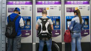 Budapest, 2014. május 8. Utasok vásárolnak a Budapesti Közlekedési Központ (BKK) jegy- és bérletkiadó automatáinál a 4-es metró Kelenföldi vasútállomás megállójában 2014. május 8-án. MTI Fotó: Mohai Balázs