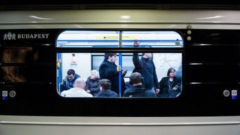 Budapest, 2017. március 20.Utasok az M3-as vonalon közlekedő első felújított metrószerelvényen Budapesten 2017. március 20-án.MTI Fotó: Balogh Zoltán