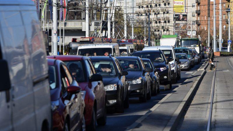 Budapest, 2017. november 27. Forgalmi dugó Budapesten, a Hungária körúton 2017. november 27-én. A kínai miniszterelnök látogatása és a Kína-Kelet-Közép-Európa (KKE) csúcstalálkozó miatt forgalomkorlátozásokat vezettek be a fõvárosban. MTI Fotó: Mónus Márton