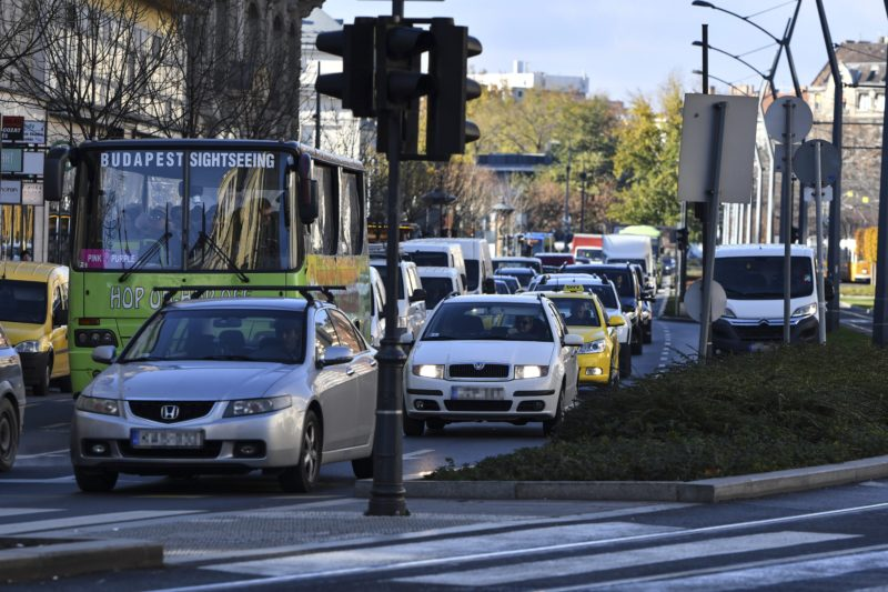 Budapest, 2017. november 27. Forgalmi dugó Budapesten, a Károly körúton 2017. november 27-én. A kínai miniszterelnök látogatása és a Kína-Kelet-Közép-Európa (KKE) csúcstalálkozó miatt forgalomkorlátozásokat vezettek be a fõvárosban. MTI Fotó: Mónus Márton