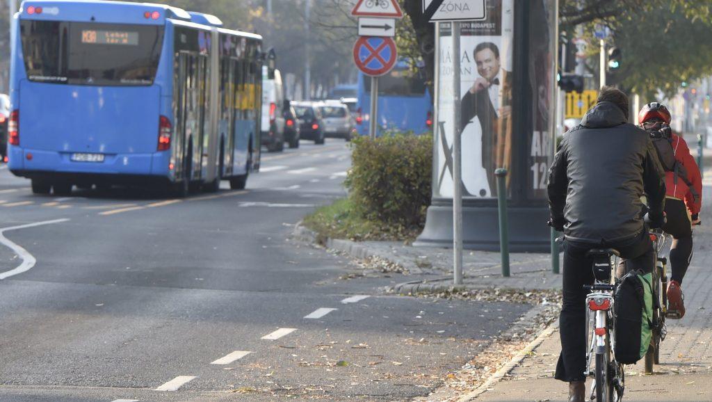 Budapest, 2017. november 6. A 3-as metró vonalának felújítása miatt metrópótló busz közlekedik, jobbról kerékpárosok a Váci úton 2017. november 6-án. Az Újpest-központ és a Lehel tér közötti szakasz felújítása várhatóan egy évig tart. MTI Fotó: Máthé Zoltán