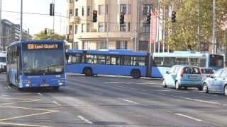 Budapest, 2017. november 6. A 3-as metró vonalának felújítása miatt közlekedõ metrópótló busz fordul meg a Lehel térnél 2017. november 6-án. Az Újpest-központ és a Lehel tér közötti szakasz felújítása várhatóan egy évig tart. MTI Fotó: Máthé Zoltán