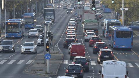 Budapest, 2017. november 6. A 3-as metró vonalának felújítása miatt metrópótló buszok közlekednek a Váci úton 2017. november 6-án. Az Újpest-központ és a Lehel tér közötti szakasz felújítása várhatóan egy évig tart. MTI Fotó: Máthé Zoltán