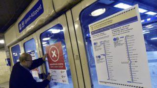 Budapest, 2017. november 4. Az utolsó, menetrend szerinti szerelvény kigördülése után lezárják Újpest-központ végállomás bejáratát és tájékoztatót helyeznek el a 3-as metróvonal felújítása megkezdése elõtt 2017. november 3-án. Az Újpest-központ és a Lehel tér közötti szakasz felújítása várhatóan egy évig tart. MTI Fotó: Máthé Zoltán
