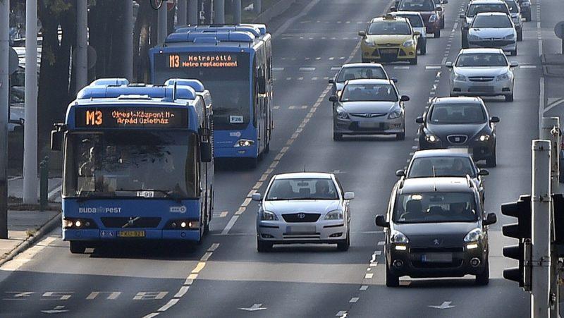 Budapest, 2017. november 4. A 3-as metró vonalának felújítása miatt metrópótló buszok közlekednek a Váci úton 2017. november 4-én. Az Újpest-központ és a Lehel tér közötti szakasz felújítása várhatóan egy évig tart. MTI Fotó: Máthé Zoltán