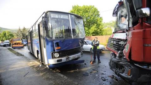 Budapest, 2016. május 4. Összetört busz és kukásautó a fõváros II. kerületében, a Máriaremetei úton 2016. május 4-én. Az 57-es busz összeütközött a szemétszállítóval, heten megsérültek, ketten súlyosan. A két súlyos sérült az autóbuszon utazott, a további öt, könnyû sérült között vannak a kukásautón dolgozók is. A balesetben egy személyautó is érintett volt, abban nem sérült meg senki. MTI Fotó: Mihádák Zoltán