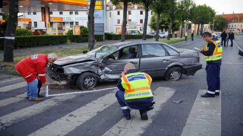 Debrecen, 2016. június 1. Rendõrök helyszínelnek Debrecenben, a Böszörményi úton miután egy személygépkocsi elütött két gyalogost 2016. június 1-jén. A balesetben az egyik gyalogos életét vesztette. MTI Fotó: Czeglédi Zsolt