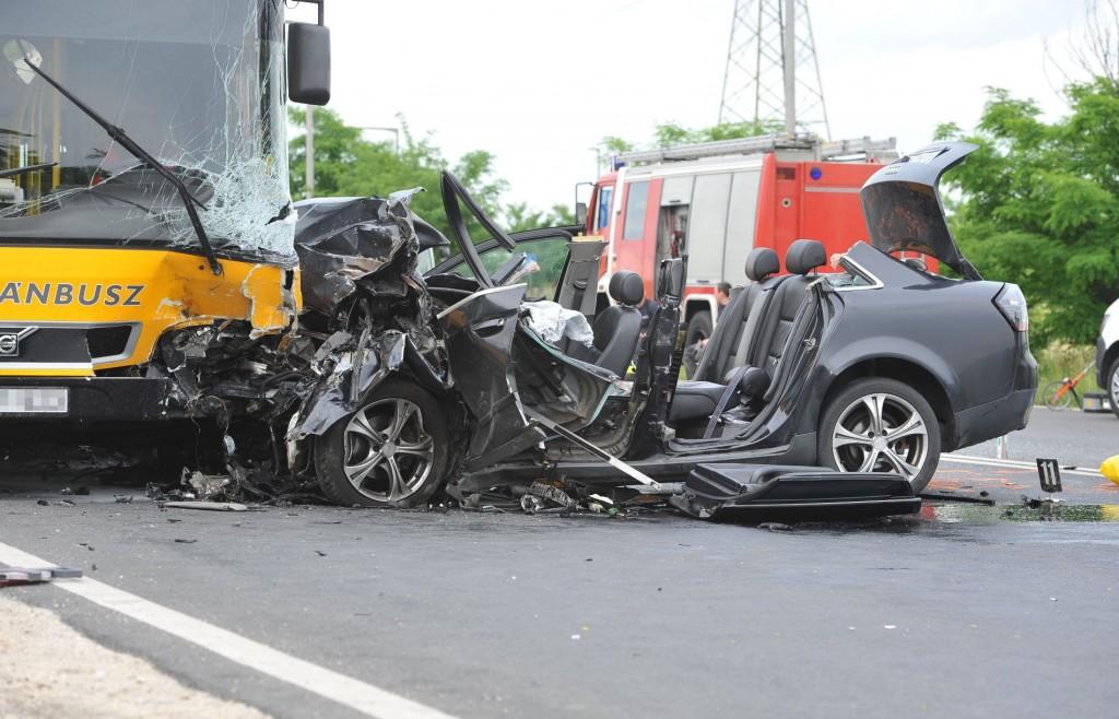 Autóbusz és személygépkocsi ütközött Fótnál