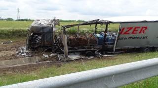 Lajosmizse, 2016. június 2. Kiégett kamion, amely az autópálya-kezelõ fûnyíró munkagépének ütközött az M5-ös autópályán Lajosmizse határában 2016. június 2-án. A vasanyagot szállító teherautó az ütközés következtében az útszéli árokba hajtott, ahol kigyulladt, rakománya leborult, szétszóródott. A balesetben személyi sérülés nem történt. MTI Fotó: Donka Ferenc