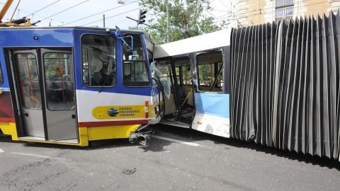 Szeged, 2016. június 1. Összetört jármûvek a szegedi Széchenyi téren, ahol egy villamos és egy autóbusz ütközött össze 2016. június 1-jén. A baleset következtében a villamos kisiklott, a helyszíni adatok szerint többen könnyebben megsérültek. MTI Fotó: Kelemen Zoltán Gergely