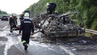 Kecskemét, 2017. július 10. Kiégett kamion az M5-ös autópálya Szeged felé vezetõ oldalán Kecskemét közelében 2017. július 10-én. MTI Fotó: Donka Ferenc