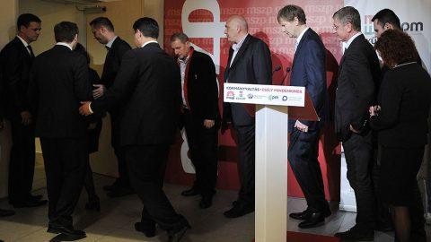Budapest, 2014. április 7.Veres Gábor, az MSZP szóvivője, Bajnai Gordon volt miniszterelnök, az Együtt-PM szövetség vezetője, Szabó Tímea, a Párbeszéd Magyarországért (PM) társelnöke (takarásban), Molnár Zsolt, az MSZP országgyűlési képviselője, Mesterházy Attila, az MSZP elnöke, az ellenzéki összefogás miniszterelnök-jelöltje, Gúr Nándor, az MSZP alelnöke, Boruzs András, a Magyar Liberális Párt (MLP) egyik alapítója és pártigazgatója, Fodor Gábor, az MLP elnöke, Gyurcsány Ferenc volt miniszterelnök, a Demokratikus Koalíció (DK) elnöke, valamint  Molnár Csaba és Vadai Ágnes, a DK alelnökei (b-j) távoznak sajtótájékoztatójukról a Magyar Szocialista Párt (MSZP) eredményváró rendezvényén a párt Jókai utcai székházában az országgyűlési képviselő-választáson 2014. április 7-én.MTI Fotó: Kovács Attila
