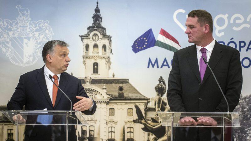 Szeged, 2017. január 30. Orbán Viktor miniszterelnök (b) és Botka László (MSZP) polgármester a Modern városok program keretében kötött együttmûködési megállapodás aláírása után tartott sajtótájékoztatón a szegedi városházán 2017. január 30-án. MTI Fotó: Ujvári Sándor