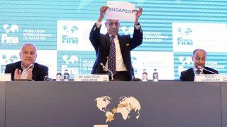 Budapest, 2017. július 17. Julio C. Maglione, a Nemzetközi Úszó Szövetség (FINA) elnöke (k), Vlagyimir Leonov, tatár sportminiszter (b) és Huszain al-Muszallam a FINA kuvaiti alelnöke (j) a szövetség budapesti sajtótájékoztatóján 2017. július 17-én. A FINA döntése értelmében a 25 méteres medencés vb-nek 2022-ben az oroszországi Kazany, két évvel késõbb pedig a magyar fõváros lesz a házigazdája. MTI Fotó: Szigetváry Zsolt