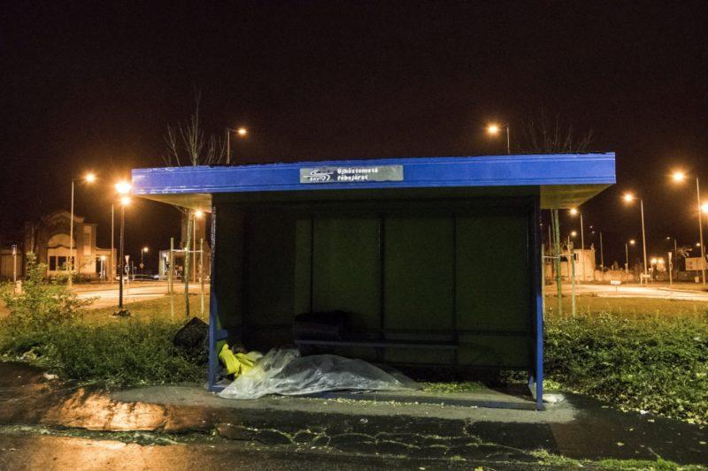 Budapest, 2017. november 1. Hajléktalan férfi egy fõvárosi villamosmegállóban 2017. november 1-jén. MTI Fotó: Mónus Márton