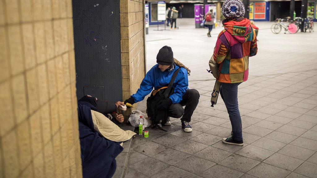 Budapest, 2017. december 12.Élelmiszert ad egy hajléktalannak a Budapest Bike Maffia önkéntese a Kálvin téri aluljáróban 2017. december 11-én este. A kerékpáros civil szervezet alaptevékenysége az adománygyűjtés, az önkéntesek az adományokat biciklivel szállítják ki a rászorulók részére.MTI Fotó: Mohai Balázs