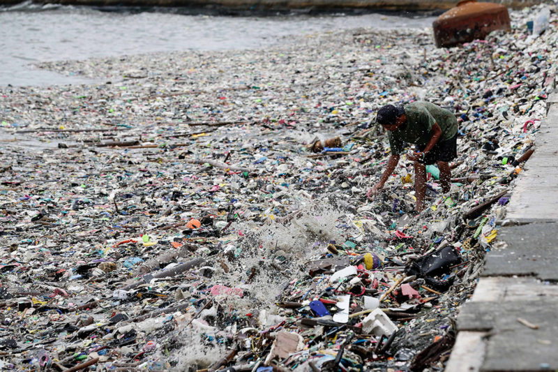 Manila, 2018. július 18.Fülöp-szigeteki férfi kutat még használható dolgok után a Manila-öbölt borító hulladék között 2018. július 18-án, a Henry nevű alacsony légnyomású áramlat hatására kialakult hatalmas esőzések okozta áradásokat követően. (MTI/EPA/Mark R. Cristino)