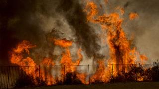 Lake Elsinore, 2018. augusztus 10.Erdőtűz pusztít a kaliforniai Lake Elsinore közelében 2018. augusztus 9-én. (MTI/EPA/David McNew)