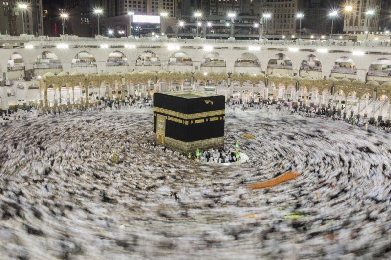 Mekka, 2018. augusztus 21. Muzulmán zarándokok tízezrei imádkoznak a Nagy Mecset közepén álló Kába-szentély körül, a szaúd-arábiai Mekkában 2018. augusztus 21-én, a mekkai zarándoklat, a háddzs idején. (MTI/EPA/Sedat Suna)