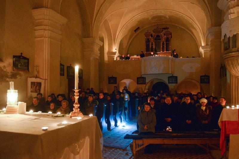 Felsőháromszék, 2017. december 25.Karácsonyi éjféli szentmise az erdélyi Felsőháromszéken, a Kézdialmás és Lemhény közti Szent Mihály-hegyen, a két település közös katolikus templomában 2017. december 25-én. A több mint 500 éves templomban 50 éves szünet után, régi hagyomány szerint, immár ötödik alkalommal tartottak gyertyafényes karácsonyi szentmisét. A templomban nincs áram, csak a gyertyák és lámpások világítottak. Fűtés sincs, és télen csak gyalog lehet megközelíteni, ennek ellenére a templom megtelt, sokan elzarándokoltak megünnepelni Jézus születését.MTI Fotó: Kátai Edit