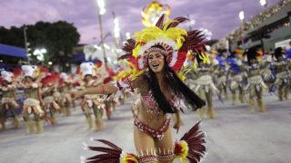 Rio de Janeiro, 2018. február 12.A Mocidade szambaiskola egyik táncosa a riói karneválon a Rio de Janeiró-i szambastadionban 2018. február 12-én. (MTI/AP/Silvia Izquierdo)