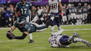 Minneapolis, 2018. február 5.Zach Ertz, a Philadelphia Eagles játékosa (b) pontot szerez Devin McCourty, a New England Patriots játékosa mellett az Egyesült Államok profi amerikaifutball-liga (NFL) 52. alkalommal megrendezett döntőjében, az ún. Super Bowlon a minneapolisi U.S. Bank Stadionban 2018. február 4-jén. Az Eagles 41-33-ra legyőzte a címvédő New England Patriots együttesét. (MTI/AP/Frank Franklin II)