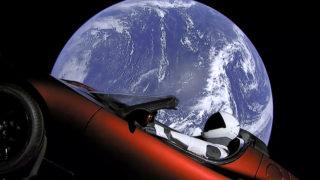 Cape Canaveral, 2018. február 7.A SpaceX amerikai űrkutatási magánvállalat által közreadott képen Föld körüli pályán kering a Tesla Motors elektromos autója, amelyet a vállalat Falcon Heavy nevű új óriás rakétája juttatott fel a floridai Cape Canaveralban működő Kennedy Űrközpontból 2018. február 6-án. A szkafanderbe öltöztetett bábuval ellátott Tesla a tesztrepüléseken szokásos értéktelen ballasztsúlyt helyettesítette. (MTI/AP/SpaceX)