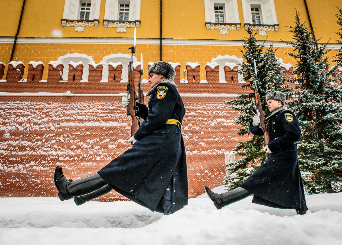 Russian honour guards march during the changing of the guards ceremony at the Tomb of the Unknown Soldier by the Kremlin wall in Moscow on March 15, 2018.Russia will vote for President on March 18. / AFP PHOTO / Mladen ANTONOV