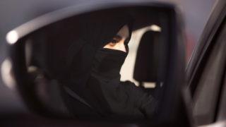 Dzsidda, 2018. március 7.Az Effat Egyetem egyik diáklánya első alkalommal ül a volán mögött a Ford Motor által szponzorált vezetéstechnikai tréningen Dzsiddában 2018. március 6-án. Szalmán bin Abdel-Azíz szaúd-arábiai király még szeptemberben adta ki a rendeletet, amely engedélyezi a nőknek, hogy autót vezessenek. A tervek szerint az intézkedésnek 2018 júniusában kell hatályba lépnie. Az országban a nők közel fele rendelkezik autóval, amihez eddig vagy sofőrt hívtak, vagy a férfi családtagjaikat kérték meg arra, hogy vezessenek. (MTI/AP/Amr Nabil)