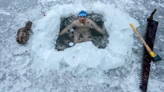 Jablonec nad Nisou, 2018. március 5.Petr Voboril a Nisa folyón létesített víztározó 30 centiméter vastag jegén vágott lékben fürdik Jablonec nad Nisouban 2018. március 5-én, amikor a levegő hőmérséklete 4, a vízé 0,6 Celsius-fok. Az 58 évesVoboril minden reggel megfürdik a tóvá duzzasztott folyó jeges vizében. (MTI/EPA/Martin Divisek)