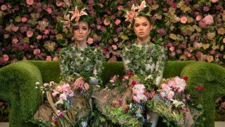 Alison Parsons és Gerogina Patron-Durrant táncosok pózolnak virágokkal díszített ruháikban Harrogate tavaszi virágkiállítás előestéjén Észak-Angliában. Fotó: AFP / Oli Scarff
