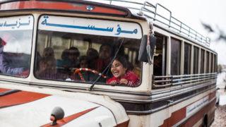 Szír gyerekek egy iskolabuszon, amely a környező menekülttáborokba hozza-viszi az iskolásokat. (Bar Elias, Libanon) Fotó: Hölvényi Kristóf