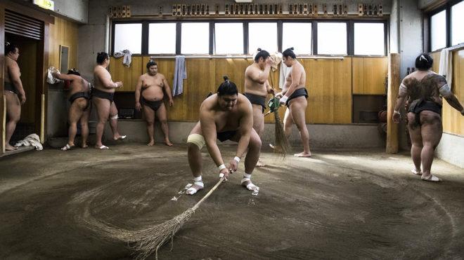 Tokió, 2018. április 17.A 2018. április 13-i képen szumóbirkózók előkészítik a küzdőteret, japán nevén dohjót a tokiói Hakkaku szumóiskolában. A Hakkakut 1993-ban alapította a jokozunává avatott Hokutumi Nobujosi, aki hat évvel korábban nyerte el az ősi japán sportág legrangosabb fokozatát. (MTI/EPA/Peter Klaunzer)