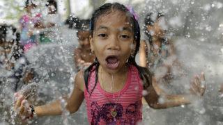 Manila, 2018.április 10.Utcán kialakított medencében fürdenek Fülöp-szigeteki gyerekek Manilában 2018. április 10-én. A hatóságok a levegő hőmérsékletének várható emelkedése miatt figyelmeztetést adtak ki. (MTI/EPA/Francis R. Malasig)
