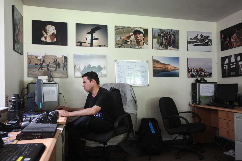 Shah Marai az AFP elhúnyt fotósa irodájában 2010-benFotó: Ed Jones / AFP